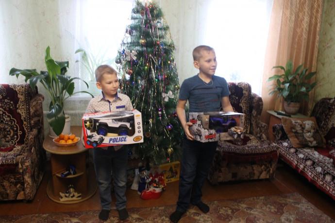 Акульшины Дмитрий и Никита с подарками.