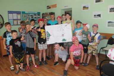 """Команда мальчиков - """"Танкисты"""" со своим плакатом."""
